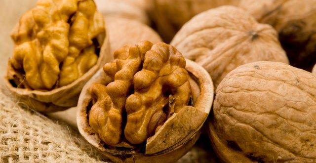 alimente pentru masa musculara - nuci si migdale